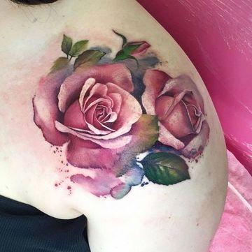 tatuajes de rosas a color en el hombro
