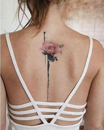 tatuajes de rosas a color en la espalda