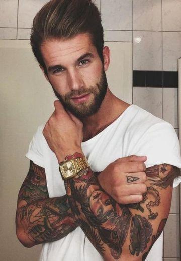hombres con barba y tatuajes jovenes