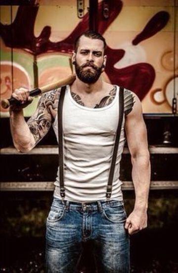 hombres con barba y tatuajes rudos