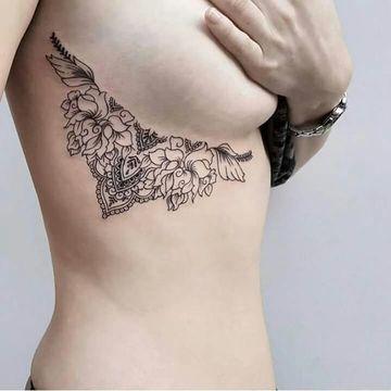tatuajes al costado de los senos femeninos