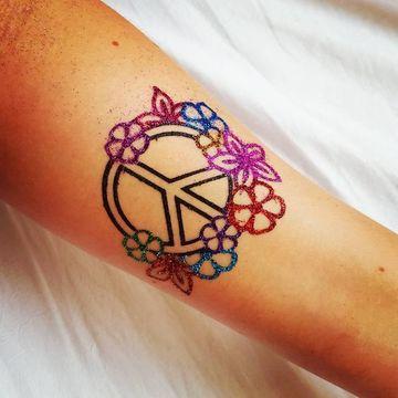 tatuajes de amor y paz en el brazo