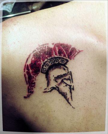tatuajes de cascos espartanos pequeños