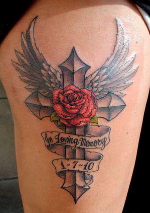 tatuajes de cruces con alas y rosa