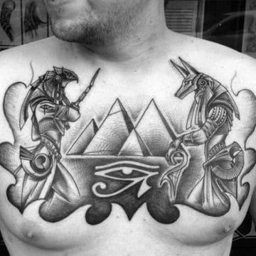 tatuajes de dioses egipcios en el pecho