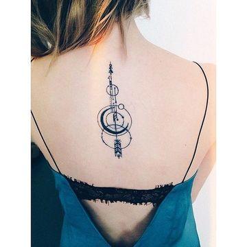 tatuajes de flechas en la espalda de mujer