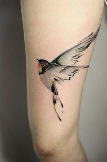 tatuajes de golondrinas volando en la pierna