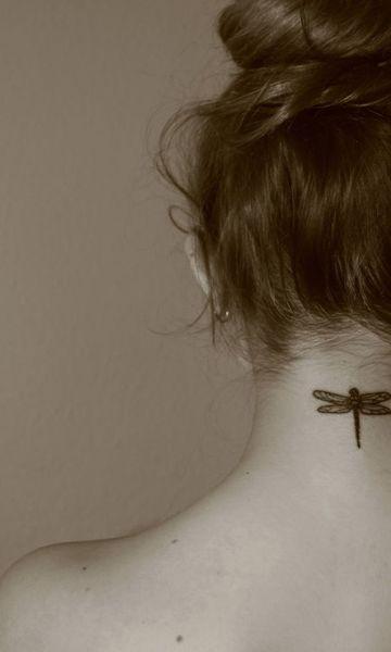tatuajes de libelulas pequeñas en el cuello