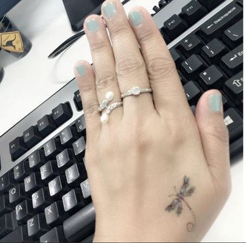 tatuajes de libelulas pequeñas en la mano