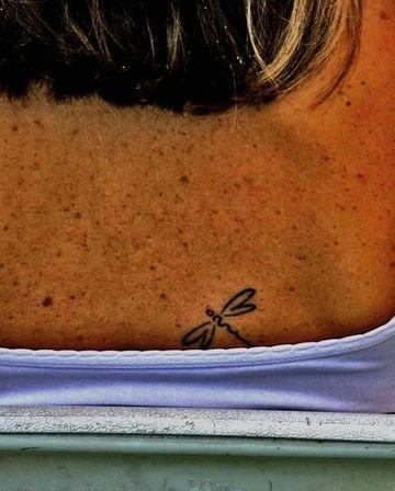 tatuajes de libelulas pequeñas mujer