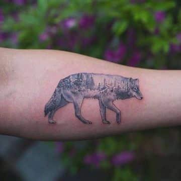 tatuajes de lobos en el antebrazo caminando
