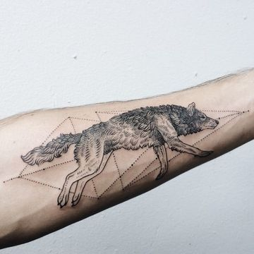 tatuajes de lobos en el antebrazo con coordenada