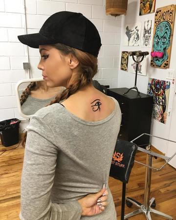 tatuajes de ojos egipcios espalda mujer