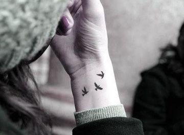 tatuajes de pajaros en la muñeca para mujeres