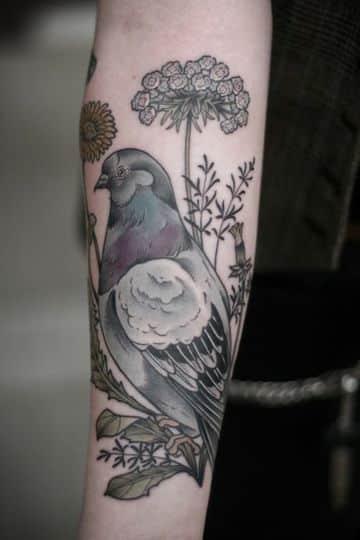 tatuajes de palomas para mujeres en el brazo