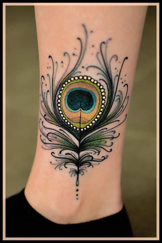 tatuajes de plumas de pavo real tobillo