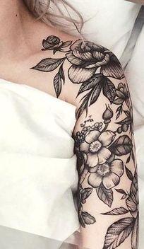 tatuajes de rosas blanco y negro para mujer