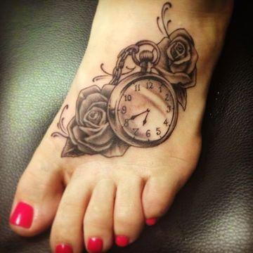 tatuajes de rosas con reloj en el pie