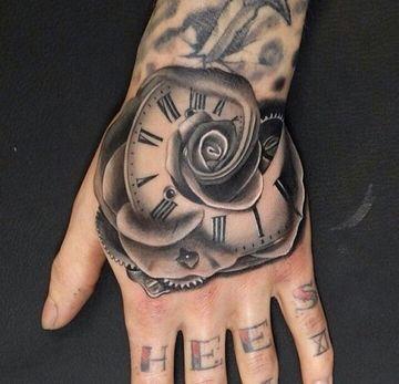 tatuajes de rosas con reloj en la mano