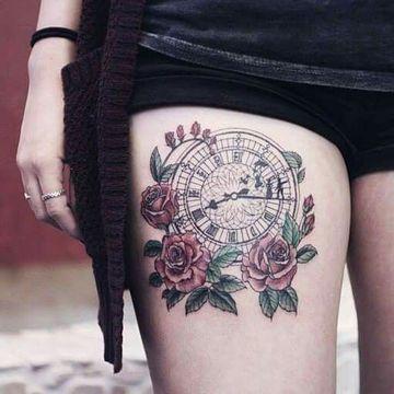 tatuajes de rosas con reloj para mujer