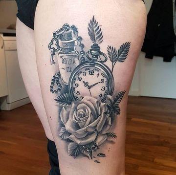 tatuajes de rosas con reloj para piernas