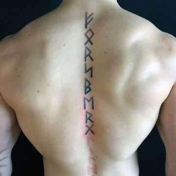 tatuajes en la columna para hombres vikingos