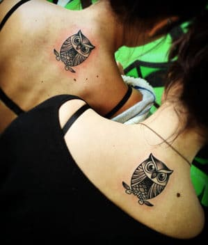 tatuajes simbolicos de hermanas espalda