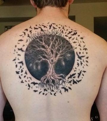 tatuajes de arboles con aves en la espalda