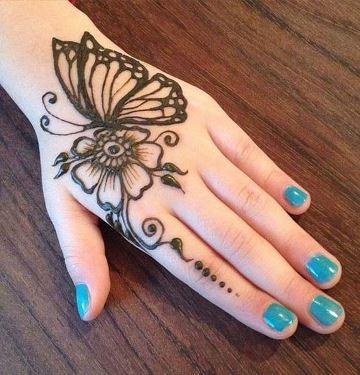tatuajes de gena en la mano de mariposa