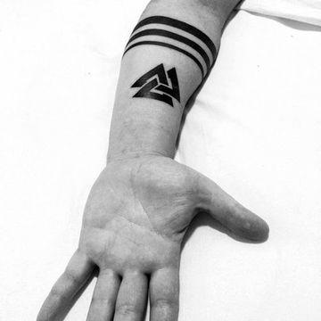 tatuajes de triangulos para hombres en ante brazo