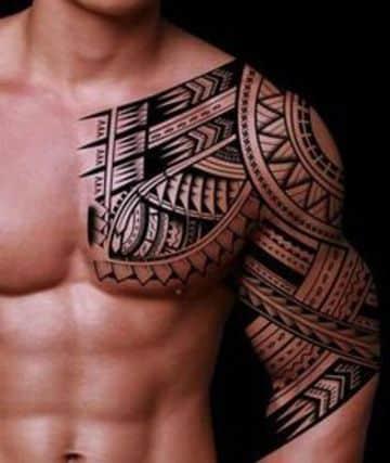 tatuajes elegantes para hombres en pecho y hombro