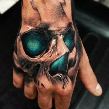 tatuajes en la mano para hombres a color