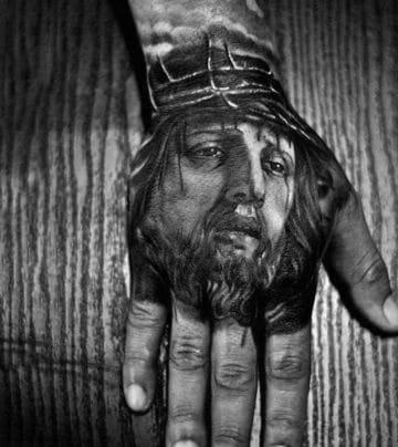 tatuajes en la mano para hombres religioso