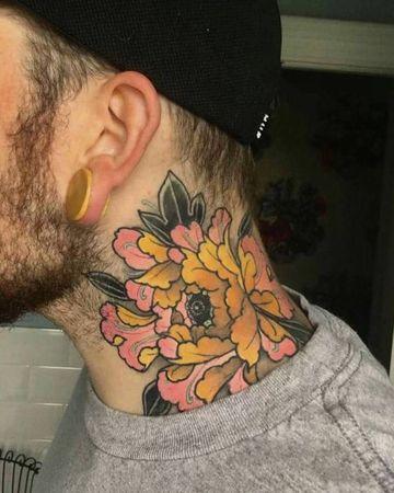 tatuajes en la nuca para hombres de flores