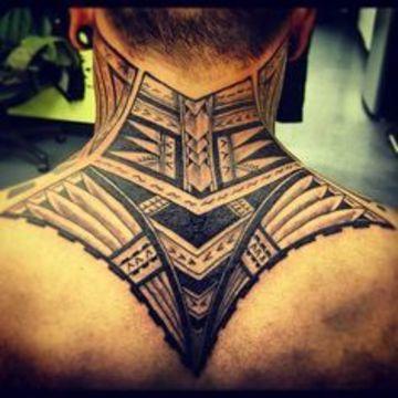 tatuajes en la nuca para hombres hasta los hombros