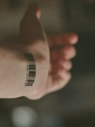 tatuajes finos para hombres en la muñeca