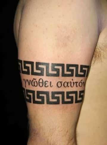 tatuajes griegos para hombres en el brazo
