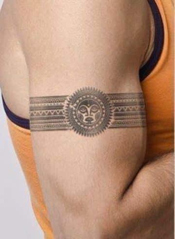 tatuajes hawaianos para hombres en el brazo