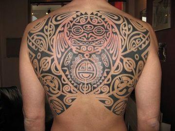 tatuajes hawaianos para hombres en la espalda
