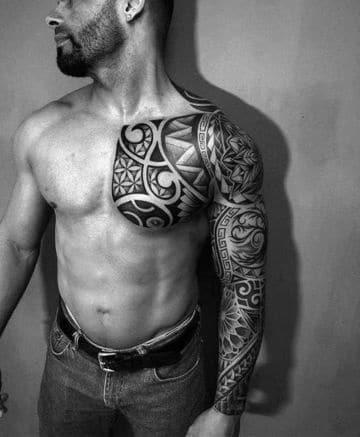 tatuajes hawaianos para hombres en pecho y brazo