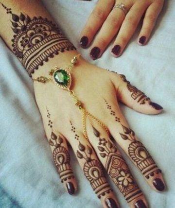 tatuajes hindues en las manos de mujer