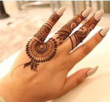 tatuajes hindues en las manos delicado