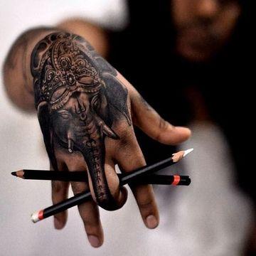 tatuajes hindues en las manos hombres