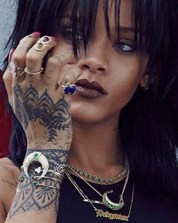 tatuaje de rihanna en la mano derecha