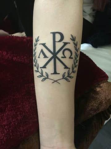 tatuajes de alfa y omega en el brazo