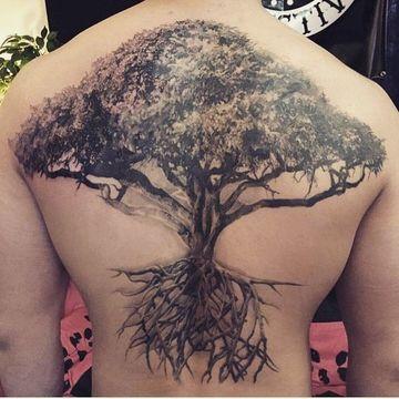 tatuajes de arboles en la espalda para hombres