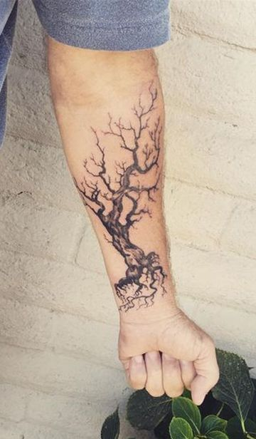 tatuajes de arboles muertos en el brazo