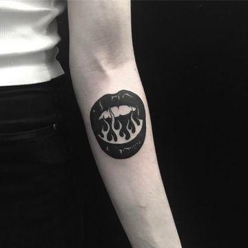 tatuajes de boca para mujer en el brazo