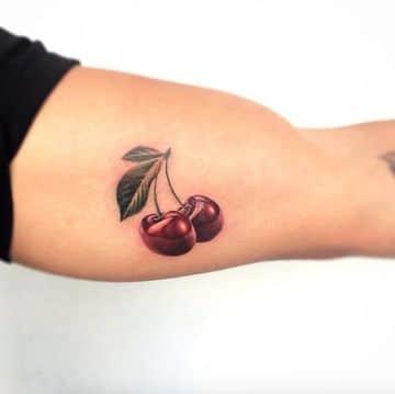 tatuajes de cerezas para mujeres en el brazo