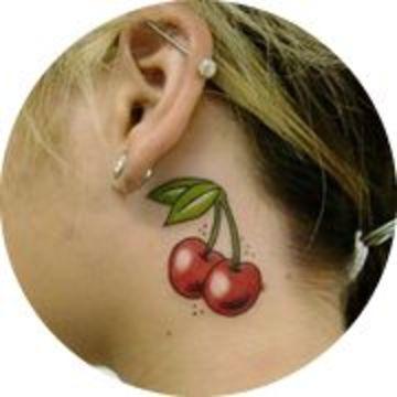 tatuajes de cerezas para mujeres en el cuello
